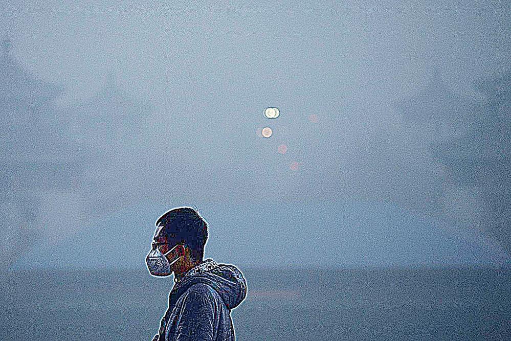 中國城市嚴重陰霾導致很多商家藉機賺錢,出現不少虛假無效的產品。圖中男子戴著堪比防毒面具的面罩遊覽公園。(AFP)