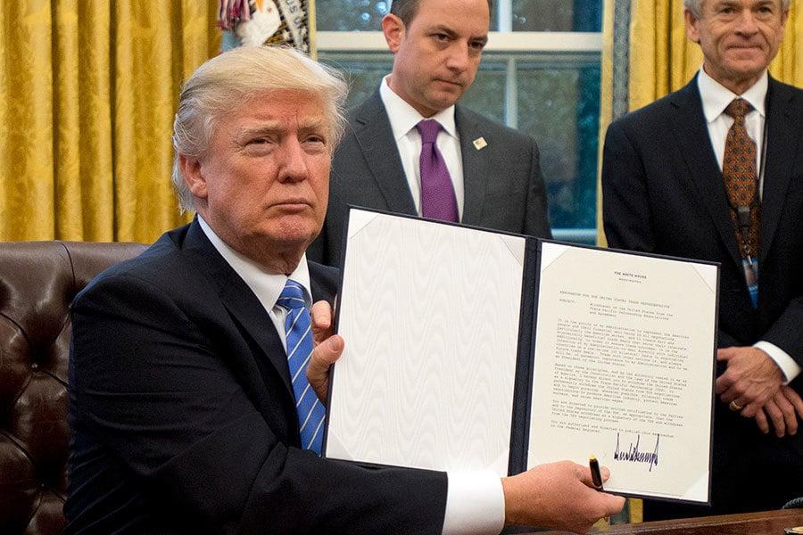 特朗普向在場記者展示退出TPP的行政令。(Ron Sachs – Pool/Getty Images)
