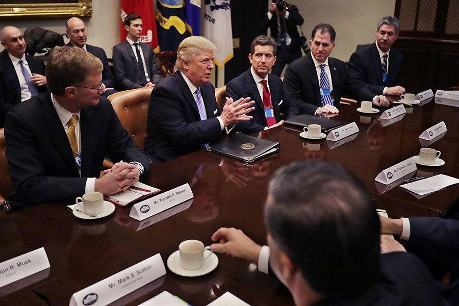 特朗普1月23日在橢圓形辦公室會晤12名製造業總裁。(Chip Somodevilla/Getty Images)