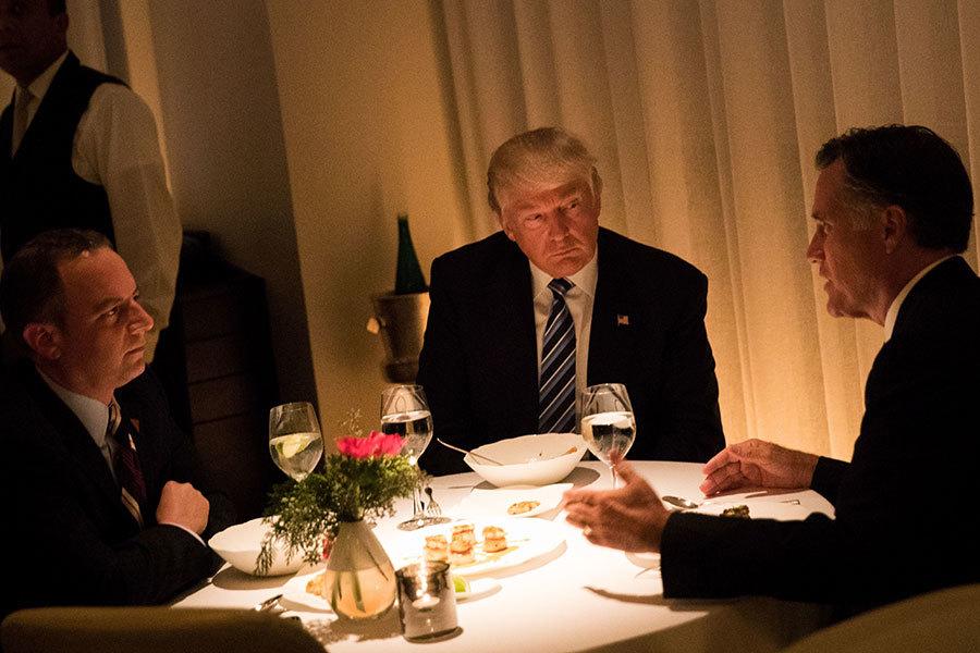 特朗普宴請貴賓時,喜歡去特朗普國際酒店(Trump International Hotel)內的Jean Georges餐廳。圖為去年11月他在這家餐廳宴請羅姆尼。(Drew Angerer/Getty Images)