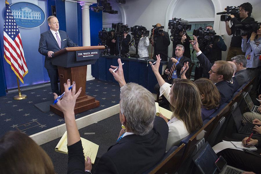 2017年1月23日,新任白宮發言人斯派塞首次正式發佈白宮新聞簡報,為特朗普時代的白宮新聞發佈立下新規,不再將第一個提問機會給坐在前排的記者。(SAUL LOEB/AFP/Getty Images)