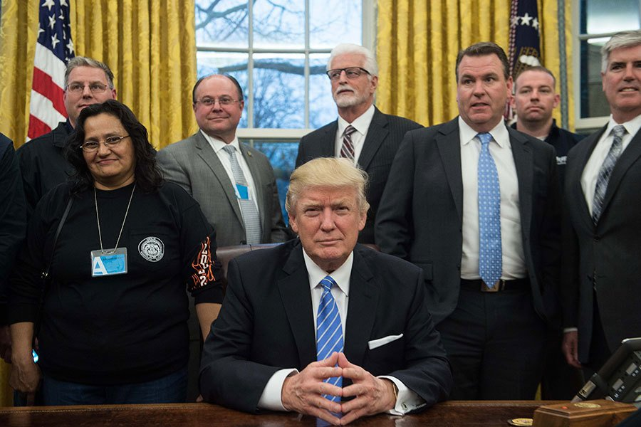 1月23日,美國總統特朗普在白宮橢圓辦公室與美國工會領袖會面。(NICHOLAS KAMM/AFP/Getty Images)