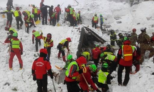 意大利中部一家四星級酒店遭到雪崩掩埋,事件中11人倖存。17人失蹤,12人遇難。(AFP PHOTO / CNSAS / Handout)