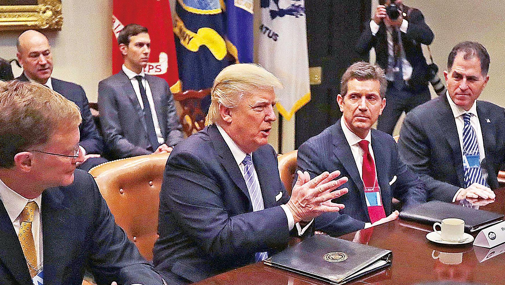 特朗普(前排左二)23日上午和10名企業高管會面,承諾大幅鬆綁監管法規。(Getty Images)