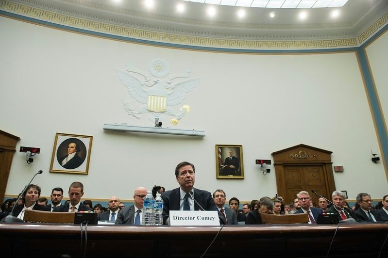 內部消息人士透露,聯邦調查局(FBI)局長詹姆斯・科米(James Comey)將繼續留任局長一職。圖為科米早前在國會作證。(NICHOLAS KAMM/AFP/Getty Images)