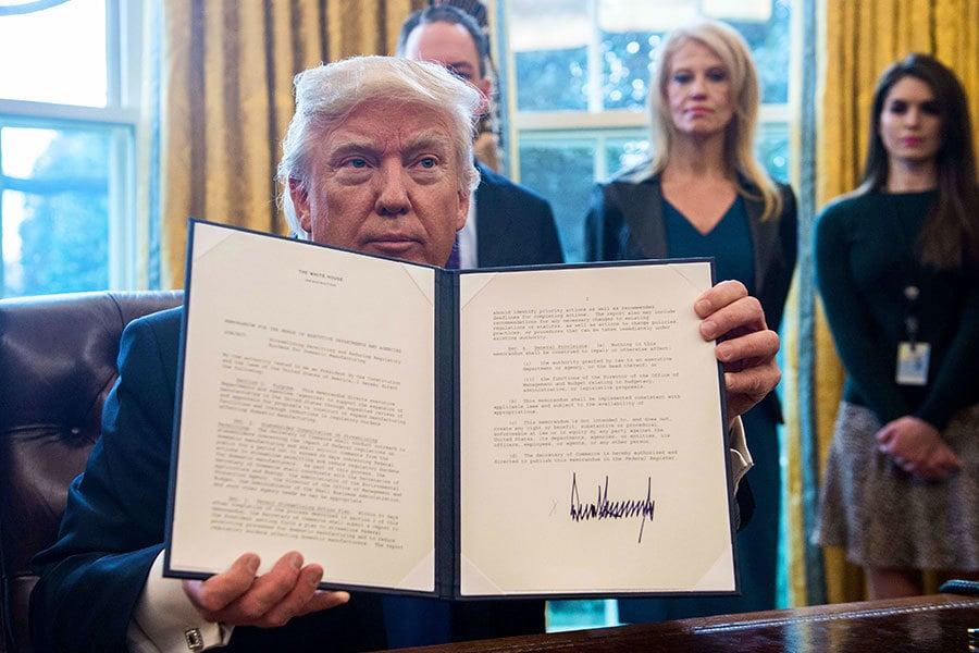 美國總統特朗普周二(24日)簽署推進輸油管道項目的行政令以及油管項目使用的鋼鐵製造行政令。(NICHOLAS KAMM/AFP/Getty Images)