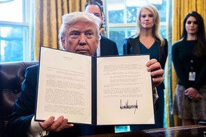 特朗普簽署以油管項目為主的多個行政令