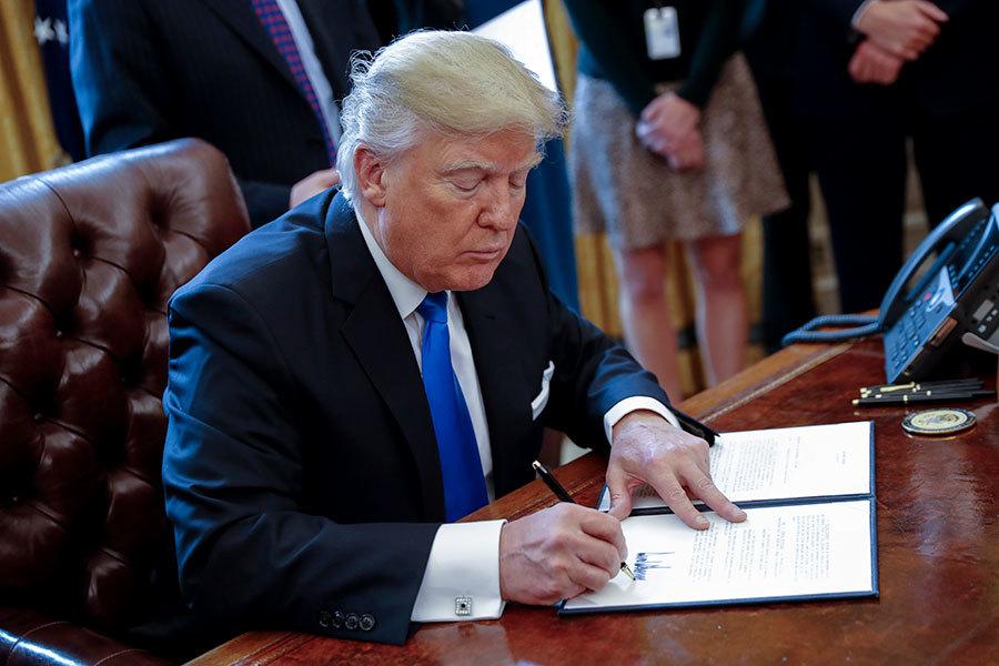 2017年1月24日,特朗普在簽署當天簽發的五項行政命令當中的一項。(Shawn Thew-Pool/Getty Images)