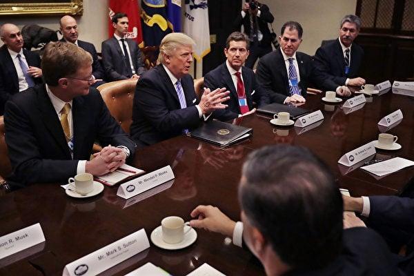 美國總統特朗普(川普)當地時間1月23日與十多名企業高管會面,大批媒體記者在現場採訪。(Chip Somodevilla/Getty Images)
