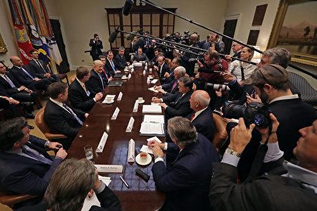 美國總統特朗普1月23日與十多名企業高管會面,大批媒體記者在現場採訪。(Chip Somodevilla/Getty Images)
