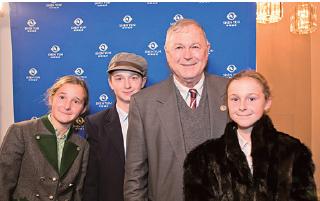 美國資深國會議員羅拉巴克與子女在華府觀看神韻。(李莎/大紀元)