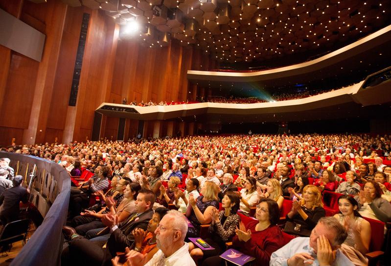 美國神韻藝術團2017年全球巡演已於去年12月22日拉開序幕,圖為2016年12月26日,在休士頓的晚場演出,座無虛席。(大紀元資料室)
