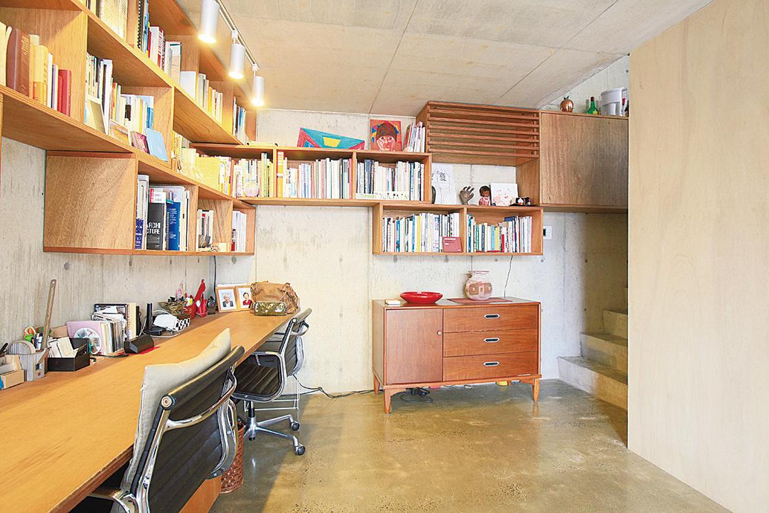 一走進玄關,面前就是用柳安材打造的工作空間。