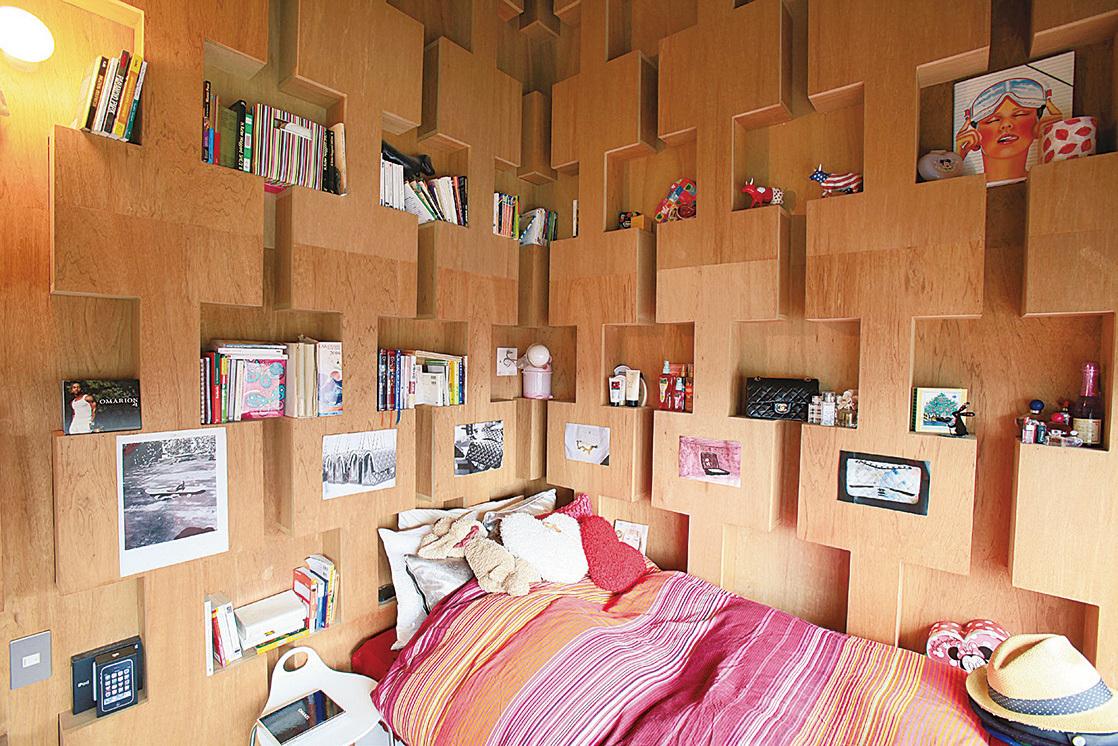 二樓的夫婦寢室和兩個孩子的房間都用書櫃隔間。十八歲女兒的房間佈置得很有女孩味。