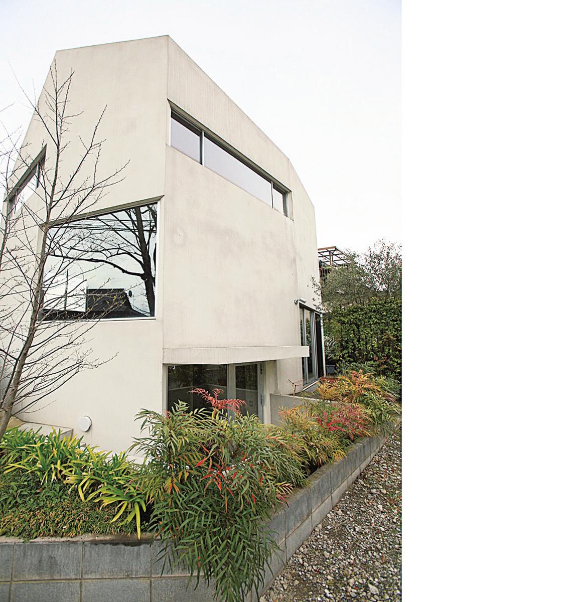 房子外觀。為了欣賞隔壁家的山毛櫸特別設置的大窗戶。