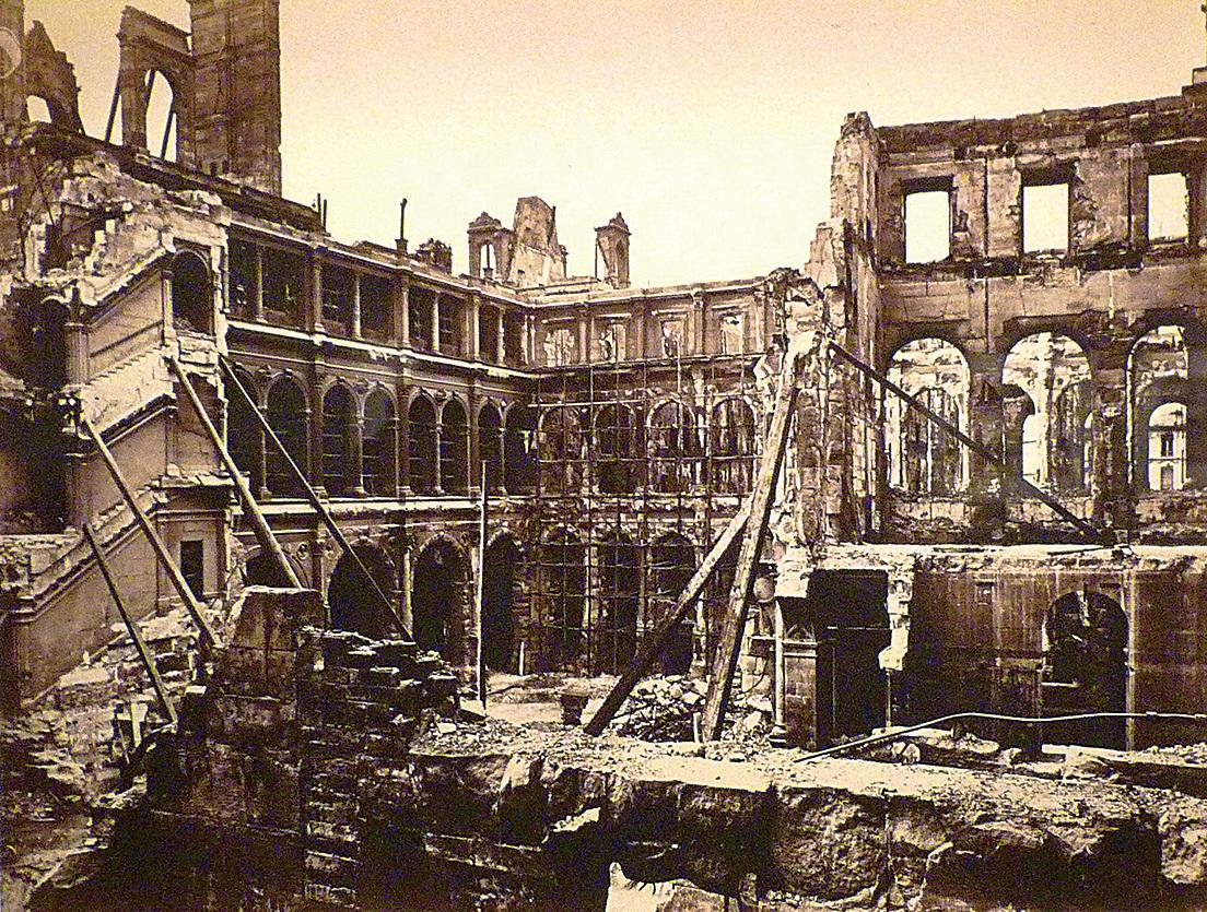 1871年被巴黎公社焚燬的巴黎市政廳。(維基百科)