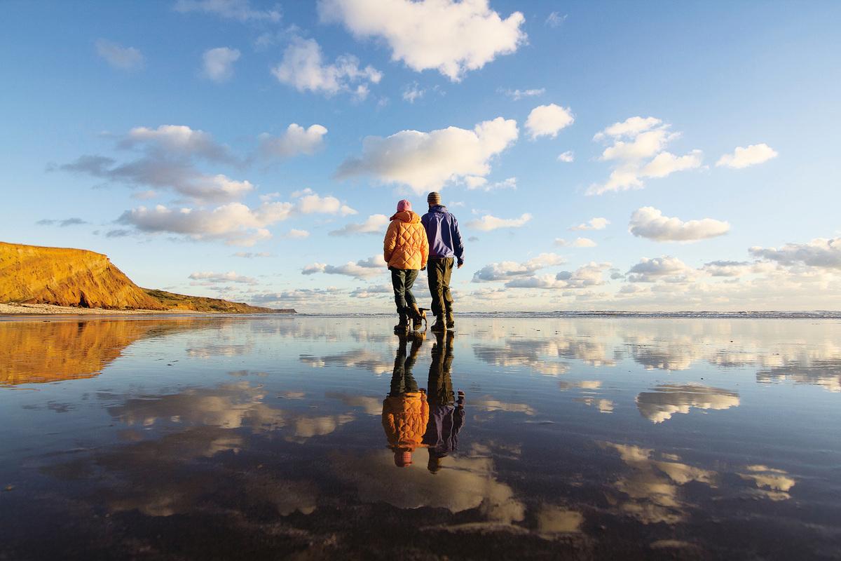 懷特島的海灘是兩人一起弄腳泥巴的好去處 (Visit Isle of Wight 提供)