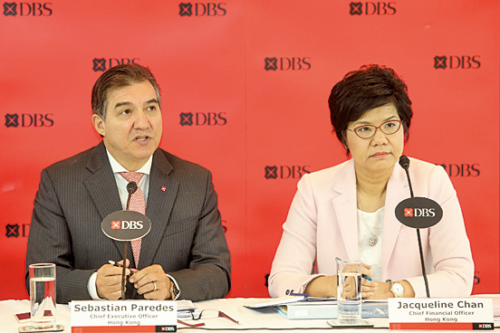 星展銀行(香港)行政總裁龐華毅(左)、財務總監陳立珊(右)均表示,因受人民幣貶值影響,本地企業壞賬增加。(余鋼/大紀元)