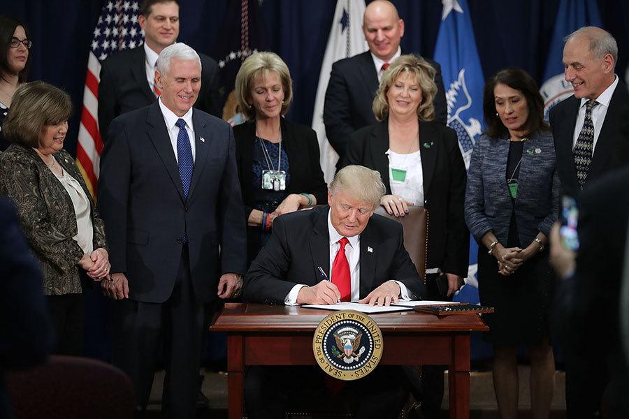 特朗普25日在國土安全部簽發二個「行政命令」(Executive Order),其中之一是美墨邊境築牆。(Chip Somodevilla/Getty Images)