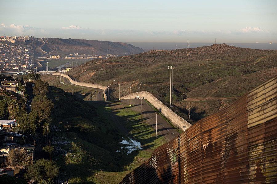 特朗普25日表示,會在幾個月內開始在美墨邊境修牆,經費完全墨國買單。(GUILLERMO ARIAS/AFP/Getty Images)