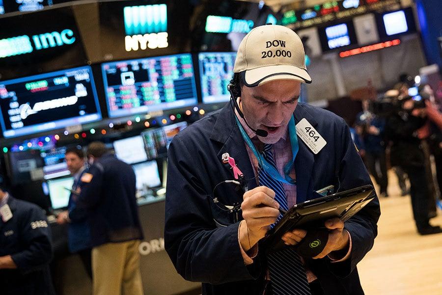 周三(25日)是特朗普(川普)總統上任的第四個交易日,上午股市開盤道瓊斯工業平均指數上漲100多點,突破2萬點大關。(Drew Angerer/Getty Images)