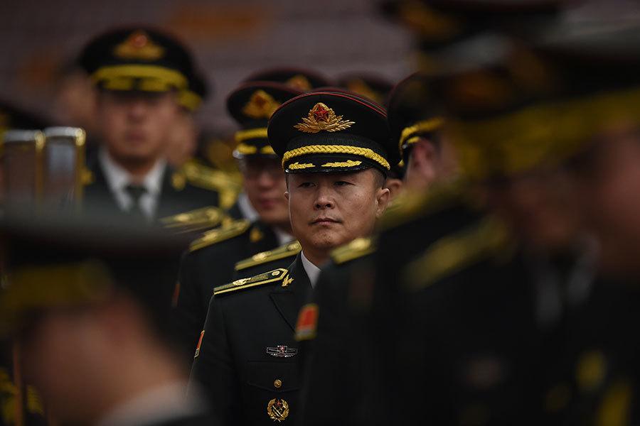 2017年剛開始,習近平破格提拔軍中少壯派將領,海陸空武警都出現人事大變動,有29名軍官獲晉升少將。圖為,2016年3月,參加中共「兩會」的軍方代表。(GREG BAKER/AFP/Getty Images)