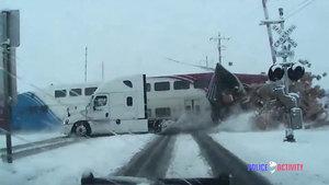驚險!美通勤火車攔腰撞上聯邦快遞貨車