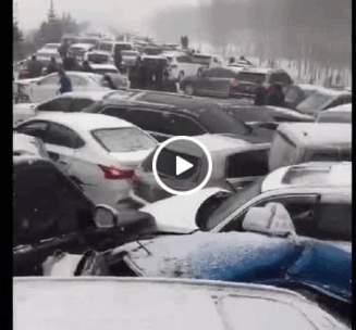 逾百輛車發生碰撞,現場慘烈。(視像擷圖)