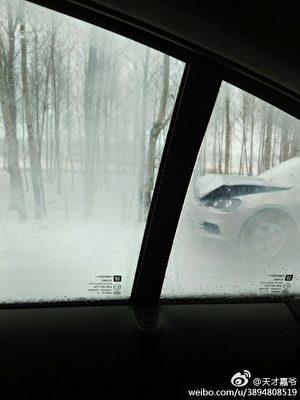 網民上傳從車內拍到的現場照片。(網絡圖片)