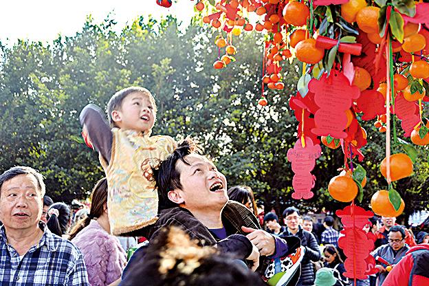 香港許願節每年都在大埔林村許願廣場舉行,節目包括拋寶牒許願、燃點蓮花燈祈福及花車展覽等。(大紀元資料圖片)