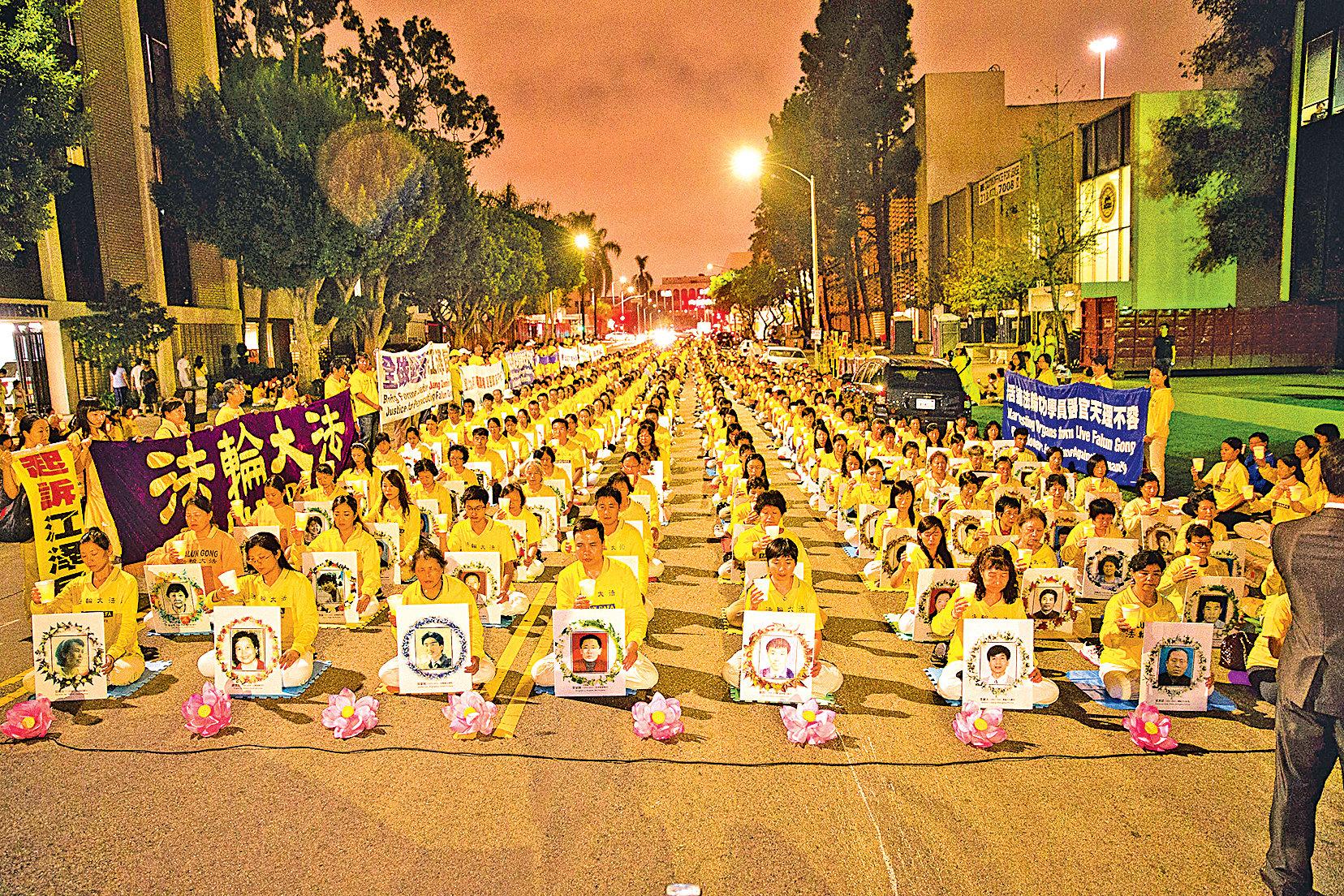洛杉磯燭光守夜悼念被迫害致死的中國法輪功學員。(季媛/大紀元)