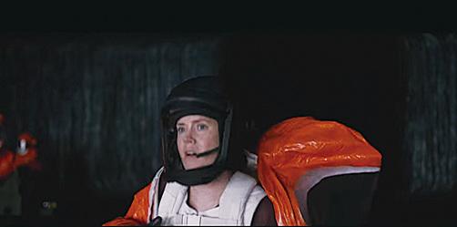 女主角卸下防備,脫下防護服,真誠與外星人溝通,化解了星球大戰。