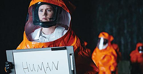 女主角Louise試圖與外星人溝通但不成功。