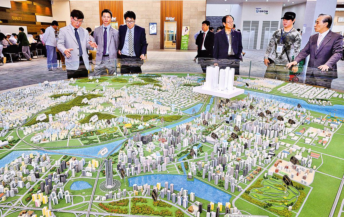 韓國房地產專家預測,2015年韓國房價將會全面上漲。圖為民眾觀看韓國首爾房地產。(大紀元資料照片)