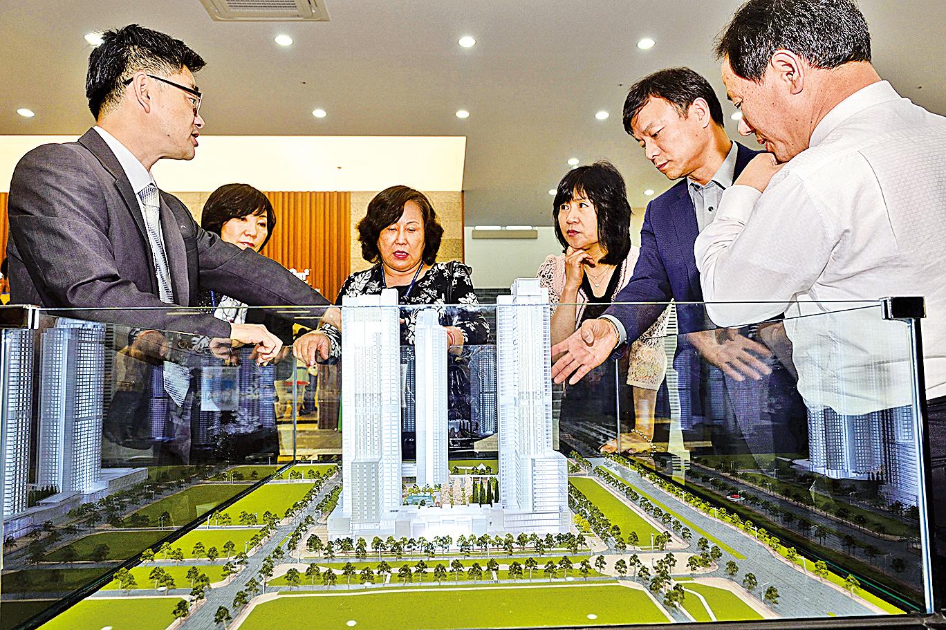 圖為民眾觀看韓國首爾房地產。(大紀元資料照片)