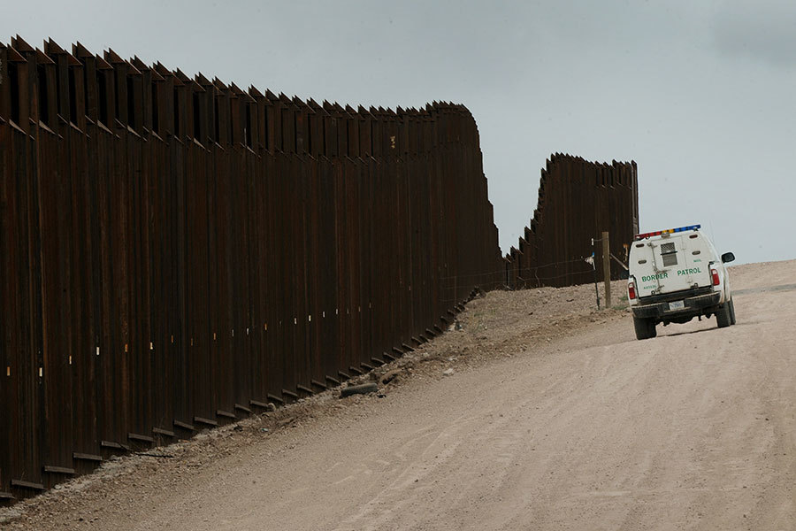 白宮周四(1月26日)說,特朗普總統已經決定,他將向墨西哥的進口徵收20%的關稅,以支付美墨邊境牆。圖為美墨邊境。(MARK RALSTON/AFP/Getty Images)