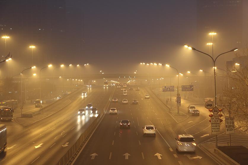 2017年1月26日清晨,北京朝陽區國貿橋附近,處於重度霧霾中的北京主幹道上的車流。(網絡圖片)