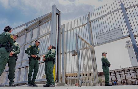 美國海關和邊境保護局特工在美墨邊境牆附近巡邏。(SANDY HUFFAKER/AFP/Getty Images)
