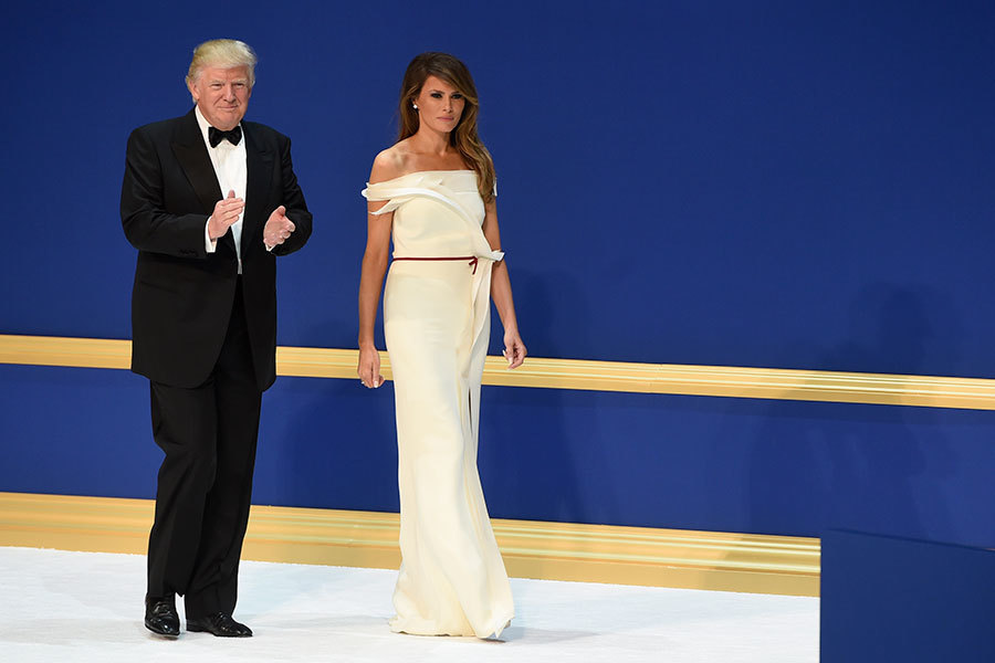 1月20日晚上的就職舞會上,第一夫人梅拉尼婭穿著白色露肩禮服亮相。(Aaron P. Bernstein/Getty Images)