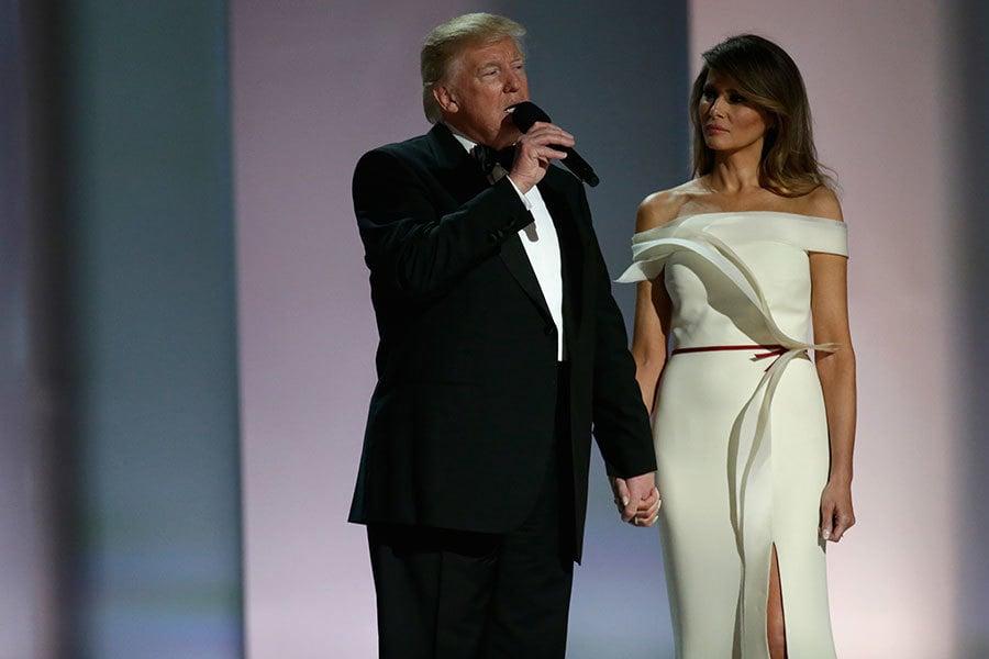 2017年1月20日晚,特朗普與梅拉尼婭出現在第一個就職典禮舞會「自由舞會」上時,梅拉尼婭的白色禮服成為全場焦點。(Rob Carr/Getty Images)