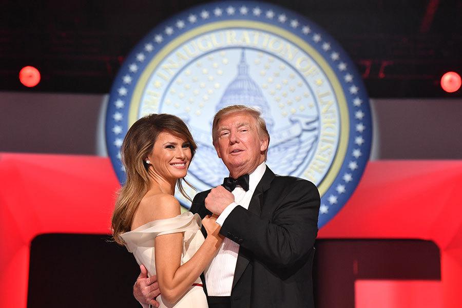 就職禮服的設計師皮耶(Hervé Pierre)表示,禮服恰如其份地體現了梅拉尼婭的個性以及作為未來「第一夫人」的尊貴和優雅。(Kevin Dietsch-Pool/Getty Images)