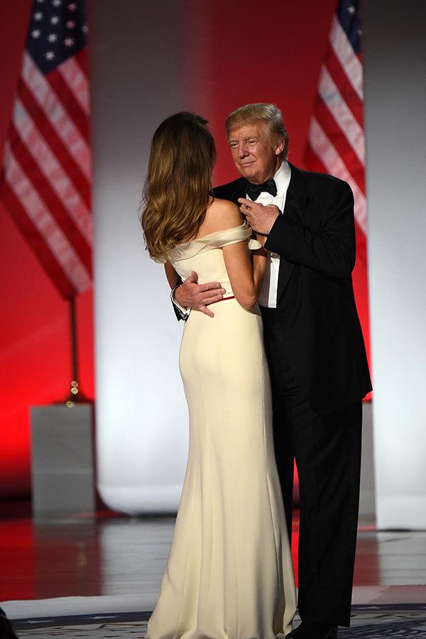 就職禮服的設計師皮耶(Hervé Pierre)表示,梅拉尼婭等當過模特,對設計非常了解,兩人在合作設計禮服的時候有共同語言。(ROBYN BECK/AFP/Getty Images)