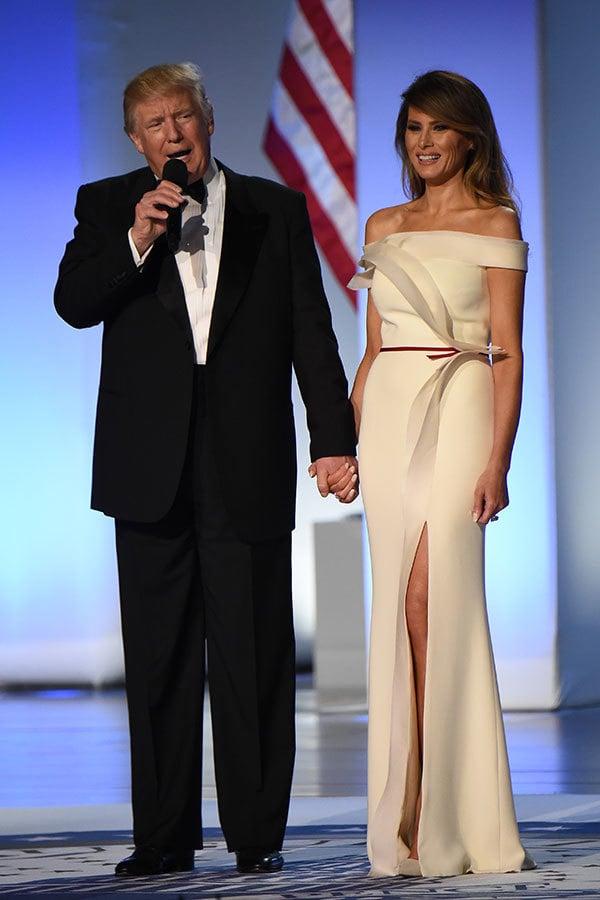 2017年1月20日就職典禮舞會上,梅拉尼婭身穿的是意大利生產的六層絲綢。(ROBYN BECK/AFP/Getty Images)