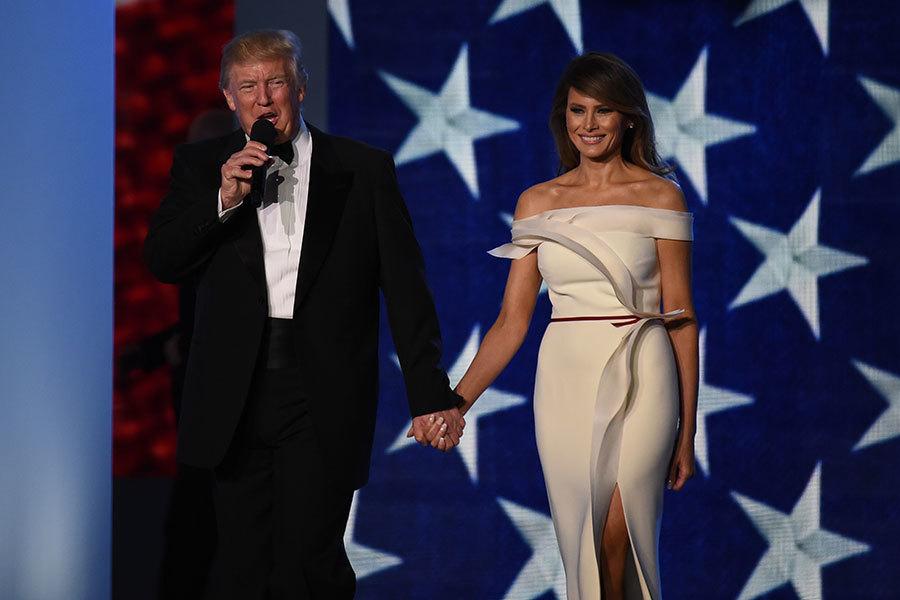 特朗普與梅拉尼婭出現在1月20日的就職典禮舞會上。(ROBYN BECK/AFP/Getty Images)