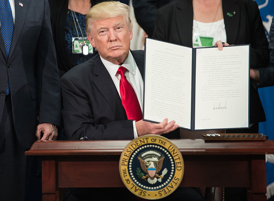 2017年1月25日,特朗普在國土安全部簽署行政命令,正式開始計劃和開展在美墨邊境築牆事宜。(NICHOLAS KAMM/AFP/Getty Images)