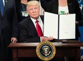上任首周誰簽的行政令更多?奧巴馬還是特朗普
