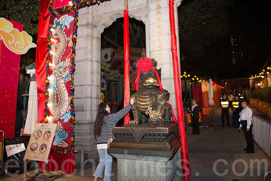 送猴迎雞,香港除夕夜大批善信到黃大仙祠搶上頭炷香,祈求來年風調雨順,大吉大利。(郭威利/大紀元)