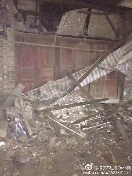 網民上傳照片配文稱,震感強烈,房屋遭受損失。(網絡圖片)