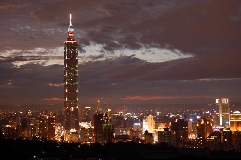台北2015年旅客量擠下日本東京和南韓首爾,登上「全球百大旅遊目的地城市」第14位。圖為台北101大樓夜景。(王嘉益/大紀元)