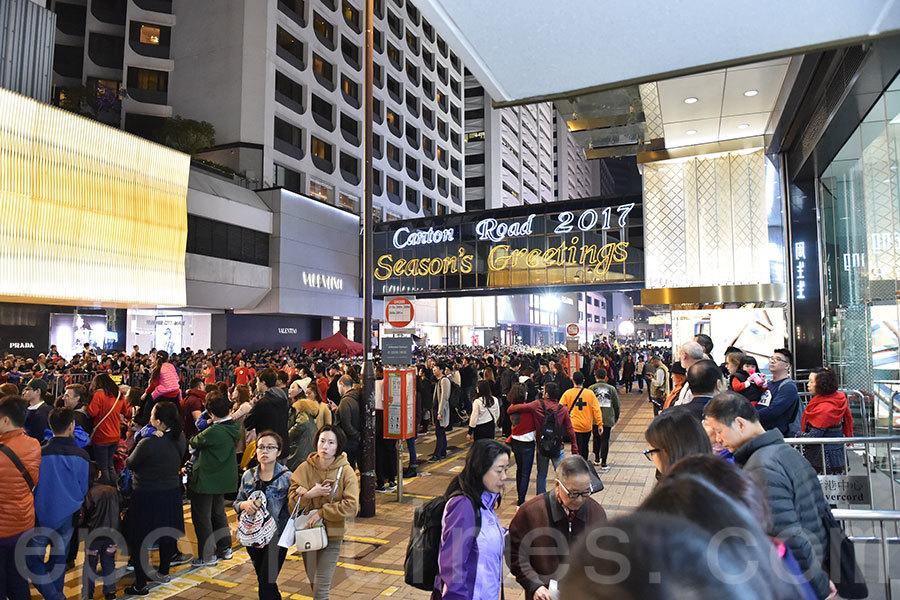 大年初一,香港旅發局舉行新春花車巡遊,慶祝丁酉雞年的到來。今年花車巡遊共有十架花車參加,另有26支本地及國際表演團隊帶來精彩表演,人數多達三千人,規模為歷屆之最。共吸引了超過15.5萬市民和遊客,在尖沙咀一帶觀賞。(郭威利/大紀元)